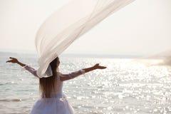 Jeune mariée avec ses bras augmentés Photo stock