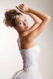 Jeune mariée avec ses bras augmentés Image stock