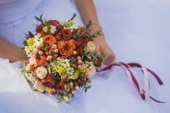 Jeune mariée dans la robe blanche tenant Boquet nuptiale splendide Photos stock