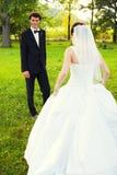 Jeune mariée de attente de marié Photographie stock