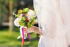 Jeune mariée dehors Photo stock