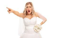Jeune mariée fâchée se dirigeant avec son doigt Image stock