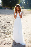 Jeune mariée romantique de fille dans une robe blanche sur l'extérieur ensoleillé Photographie stock