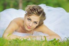 Jeune mariée sur une oscillation Photographie stock libre de droits