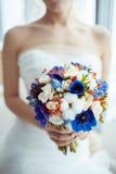 Jeune mariée tenant le bouquet Photo libre de droits