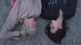 Jeune mensonge de couples au sol banque de vidéos