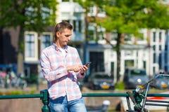 Jeune message caucasien d'écriture d'homme par le téléphone Photographie stock