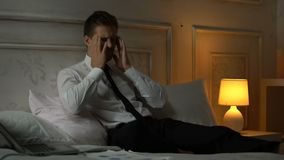 Jeune migraine fatiguée de douleur d'homme d'affaires, burn-out professionnel, bourreau de travail banque de vidéos
