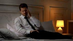 Jeune migraine fatiguée de douleur d'homme d'affaires, burn-out professionnel, bourreau de travail photographie stock