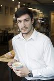 Jeune millénaire sûr ayant un café Photographie stock libre de droits