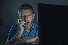 Jeune mobile de observation de porno de sexe d'homme réveillé et enthousiaste d'intoxiqué en ligne dans la nuit de lumière d'ordi images libres de droits