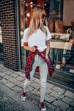 Jeune modèle élégant en posant dehors Images stock