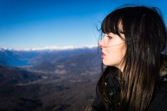 Jeune modèle alternatif posant en montagnes images libres de droits