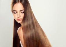 Jeune modèle attrayant avec de longs, droits cheveux Photographie stock
