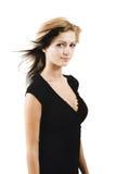 Jeune modèle attrayant posant dans une robe noire mignonne Photos libres de droits
