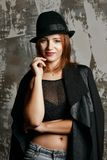 Jeune modèle attrayant utilisant le dessus transparent et le chapeau de culture, posant au studio photo libre de droits