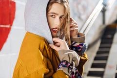 Jeune modèle aux yeux noirs de photo avec l'extérieur agréable de fonctionnement d'aspect photos stock