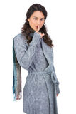 Jeune modèle avec des vêtements d'hiver gardant le secret Images stock