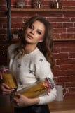 Jeune modèle avec du charme dans la bouteille de participation de chandail avec des spaghetti photo stock