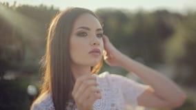 Jeune modèle avec le beau maquillage posant pour a banque de vidéos
