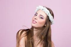 Jeune modèle avec les fleurs lumineuses sur sa tête image libre de droits