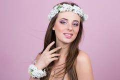 Jeune modèle avec les fleurs lumineuses sur sa tête photographie stock libre de droits