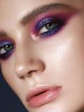 Jeune modèle avec les yeux fumeux lilas Photos stock