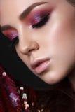 Jeune modèle avec les yeux fumeux rouges et lilas photographie stock libre de droits