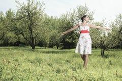 Jeune modèle ayant l'amusement sur la nature Photographie stock libre de droits