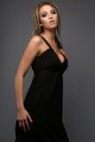 Jeune modèle blond dans le noir Photo stock