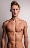 Jeune modèle déshabillé attrayant d'homme. Photo libre de droits