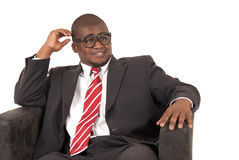 Jeune modèle d'Afro-américain dans le lien rayé rouge de costume gris Photo libre de droits