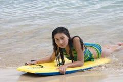Jeune modèle dans l'océan Photographie stock
