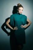 Jeune modèle dans une robe (bleue) verte Photo libre de droits