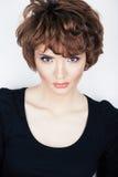 Jeune modèle de beauté avec les cheveux courts Images stock