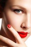 Jeune modèle de belle femme avec les lèvres rouges et la manucure rouge beau Image libre de droits