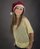 Jeune modèle de fille de Santa devant le fond gris Photographie stock libre de droits