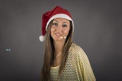 Jeune modèle de fille de Santa devant le fond gris Photo libre de droits