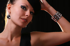 Jeune modèle de mode avec le bracelet de diamant Photo stock