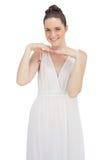 Jeune modèle de sourire dans la pose blanche de robe Image libre de droits