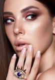 Jeune modèle de Taned avec les yeux fumeux colorés Image stock