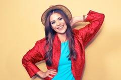 Jeune modèle femelle heureux Portrait de sourire de style de mode de femme photo libre de droits