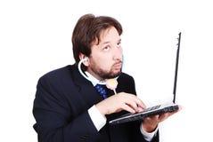 Jeune modèle mâle avec l'ordinateur portatif en tant que personne mauvaise Photos stock