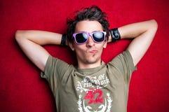 Jeune modèle mâle effectuant les visages étranges Photos stock