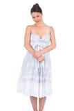 Jeune modèle séduisant paisible dans la pose de robe d'été Photos stock