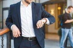 Jeune mode de vie de profession de travail d'extérieur d'homme d'affaires, attendant une réunion avec le client, associé photo libre de droits