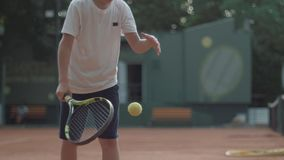 Jeune mode de vie sain ambitieux, garçon déterminé de joueur de tennis se concentrant et se concentrant sur le jeu et frappant la banque de vidéos