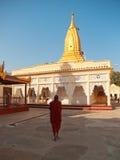 Jeune moine birman dans la pagoda de Shwezigon, Bagan Photo stock