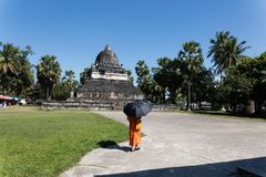 Jeune moine bouddhiste photos stock