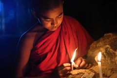 Jeune moine bouddhiste image stock